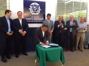 Dos atuais seis fiscais federais, Mato Grosso vai contar com mais 95 servidores estaduais; Acordo foi assinado durante a reinauguração do Laboratório do Indea, que contou com investimento da Aprosmat